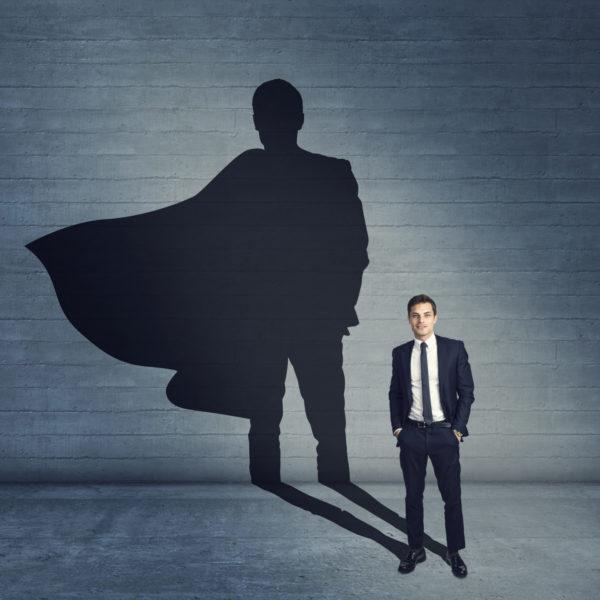 Mann mit Superheldenschatten