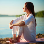 Entspannte Frau an einem See