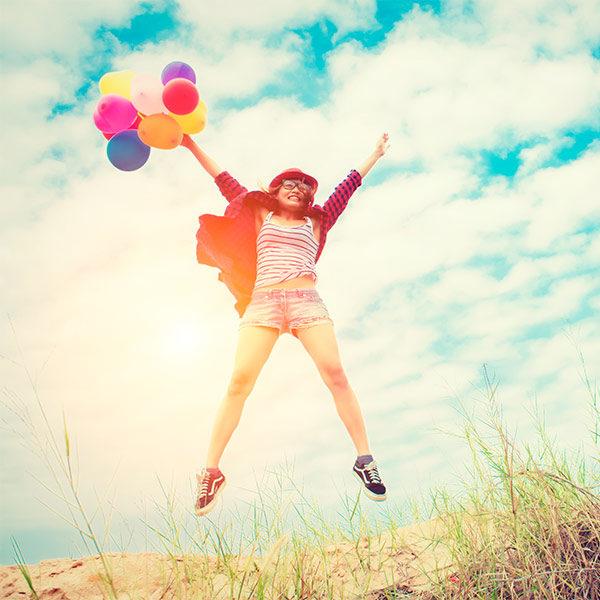 Fröhliche Frau mit Luftballons